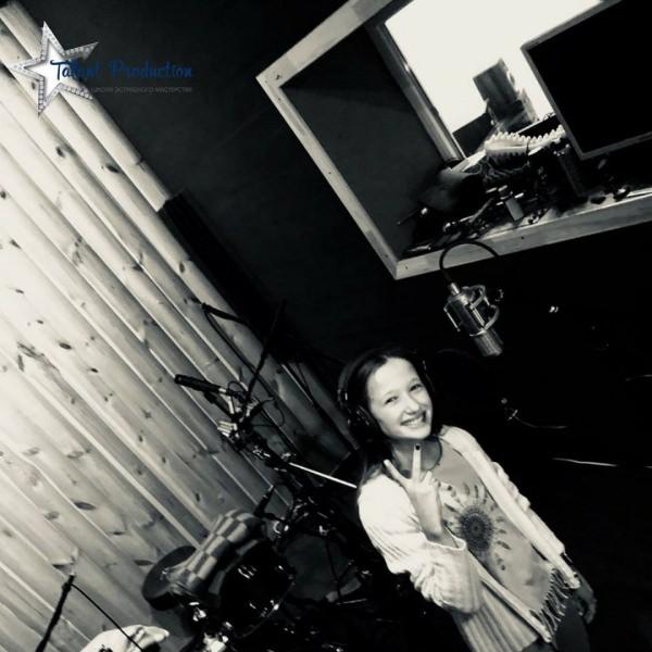 "Артистка ""Talant Production"" Олександра Федоренко в студии на записи нового трека"
