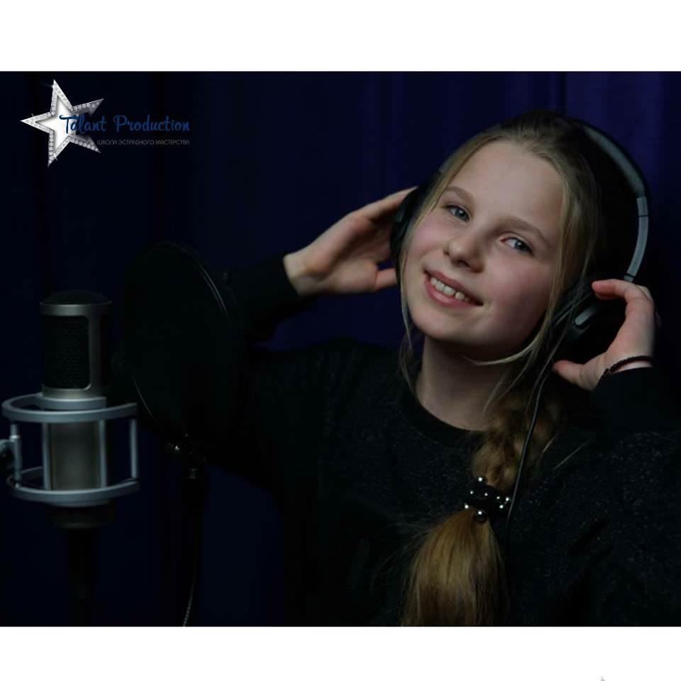 "Артистка ""Talant Production"" Арина Ярошенко в студии на записи нового трека"