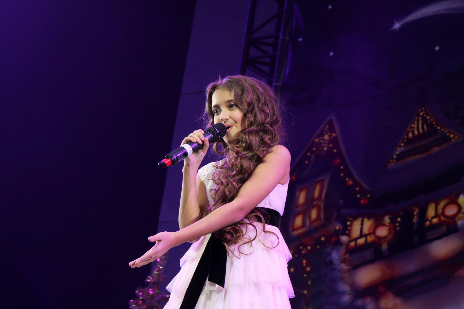 "Артистка ""Talant Production"" Дарья Жаркова с премьерой новогоднего трека ""Santa tell me"""
