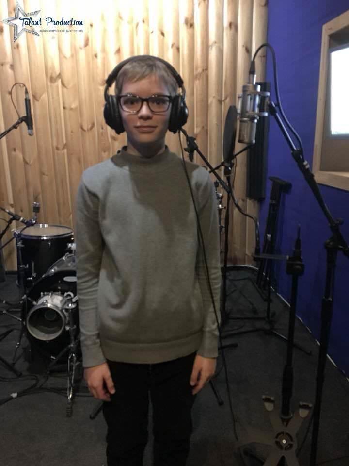 "Артист ""Talant Production"" Александр Анисифоров в студии на записи нового трека"