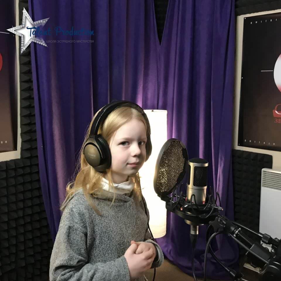 "Артистка ""Talant Production"" Соня Ришняк в студии на записи нового трека"