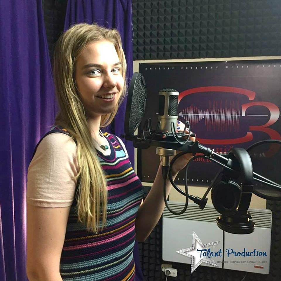 "Артистка ""Talant Production"" Анастасия Ткаченко в студии на записи нового трека"