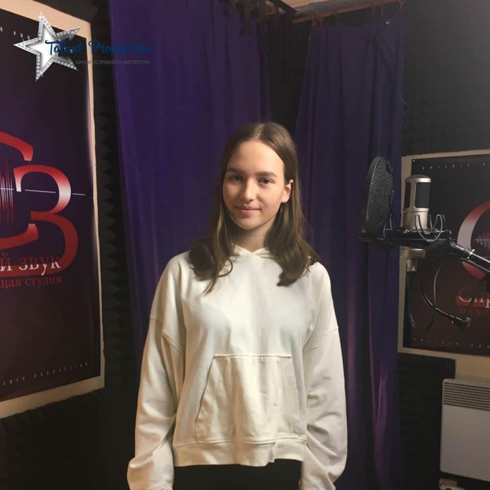"""Артистка """"Talant Production"""" Анна Семинская в студии на записи дебютного трека"""