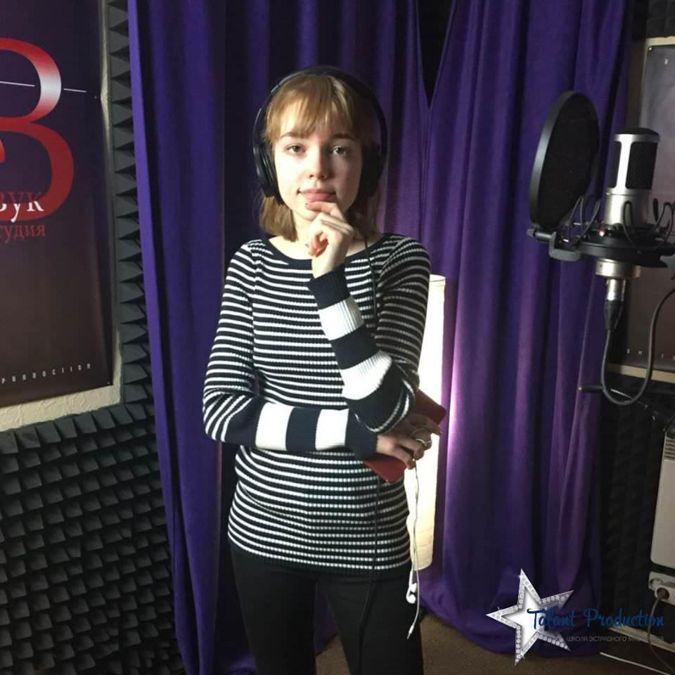"Артистка ""Talant Production"" Олександра Оленченко в студии на записи нового cover"