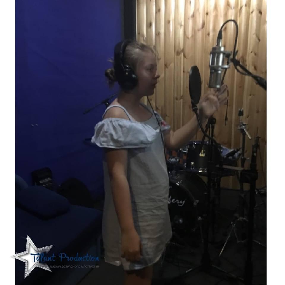 """Артистка """"Talant Production"""" Алина Тутен в студии записала новый новый трек"""
